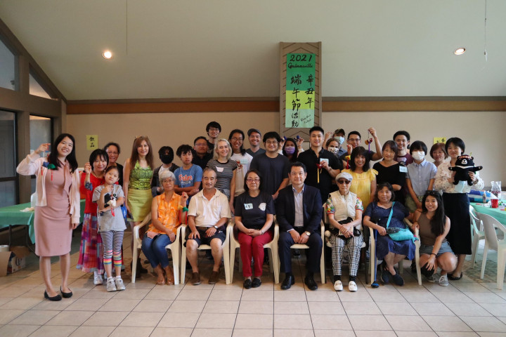 紀欽耀(前排右四)與參加活動鄉親合影