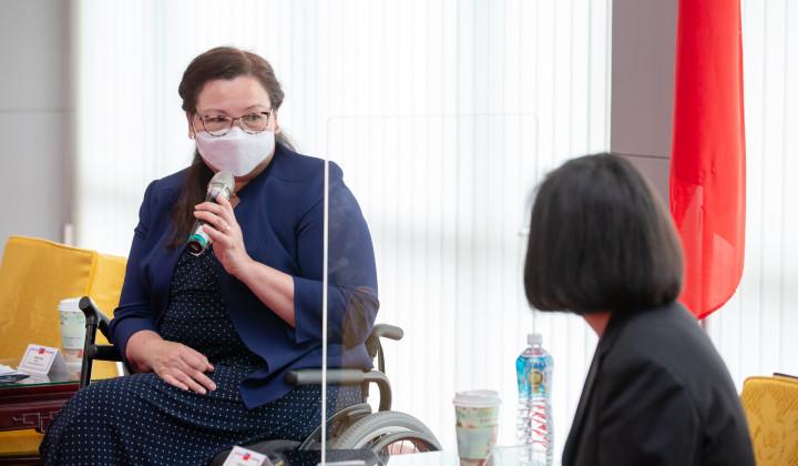 總統蔡英文(右)6日接見美國聯邦參議員訪團,參議員達克沃絲(左)長年在美國國會為台灣發聲,對台灣而言,是有力的支持。(總統府提供)