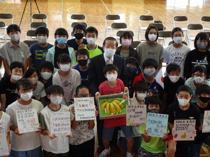駐日代表謝長廷18日造訪東京奧運台灣隊接待城茨城縣笠間市,贈台灣香蕉給宍戶小學,學童寫感謝卡送謝長廷。