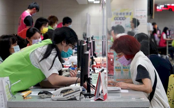 國稅局將於6月15日起恢復臨櫃報稅服務,因應疫情將設定每日服務人數上限。
