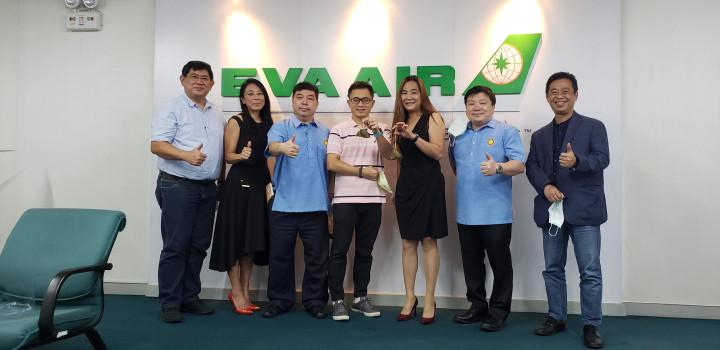 黃雅惠(右3)、李聰福(左3)、黃仲庭(左1)、李欣芬(左2)、簡良達(右1)及黃得富(右2)等人贈送臺式肉粽予長榮航空公司臺籍幹部。