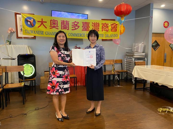 吳佩芬代表僑務委員會委員長童振源頒贈感謝狀予楊琇雅