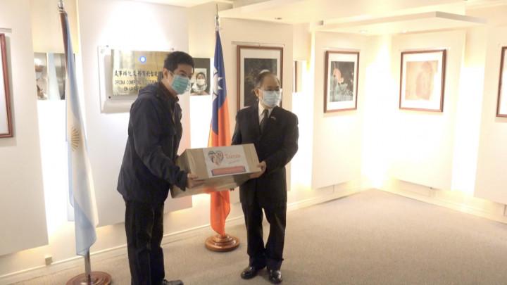 謝俊得大使發贈口罩給阿根廷台灣商會會長李培維