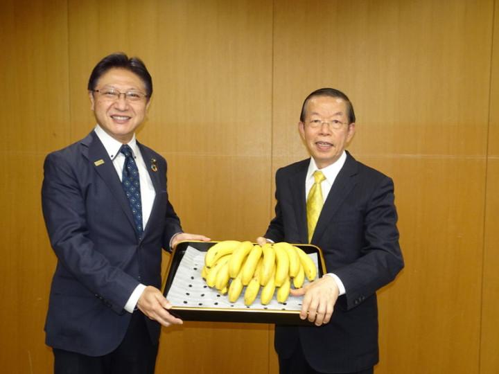 東京奧運開幕倒數30天,駐日代表謝長23日造訪東奧台灣隊接待城靜岡市,贈香蕉給靜岡市,讓學童增添營養午餐菜色。圖為靜岡市長(左)代為接受台灣香蕉。