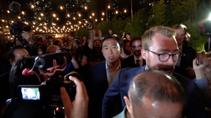 紐約市長初選當地時間22日投票,台裔參選人楊安澤在幕僚與支持者簇擁下出席選舉夜派對。