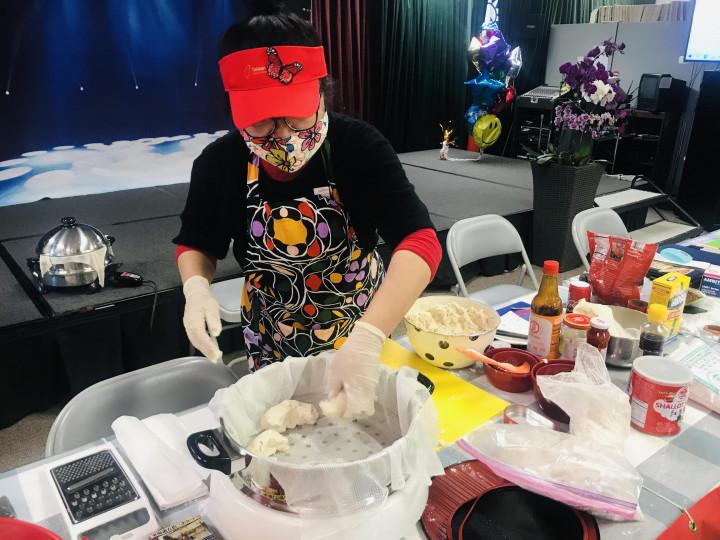 橙僑中心於5月29日舉辦「2021年海外民俗文化種子教師在地研習第二場「一化也不能少系列(傳統化)」培訓課程。圖為許惠紅老師手工製作自己家鄉的傳統美食芋頭巧、芋頭糕。