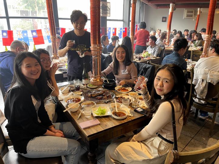 年輕朋友們享受著大餐