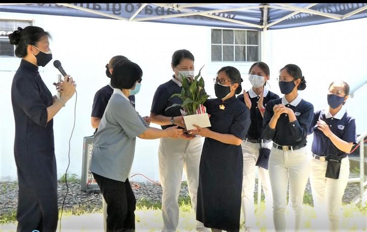 7.慈濟老師們在校長彭淑敏(前中)全不知情下,突然群湧上台獻花,感謝她的領導。