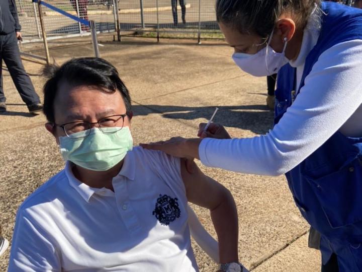 巴拉圭恩卡納西翁僑界關懷救助協會會長黃銀河,於6月12日接種AZ疫苗。
