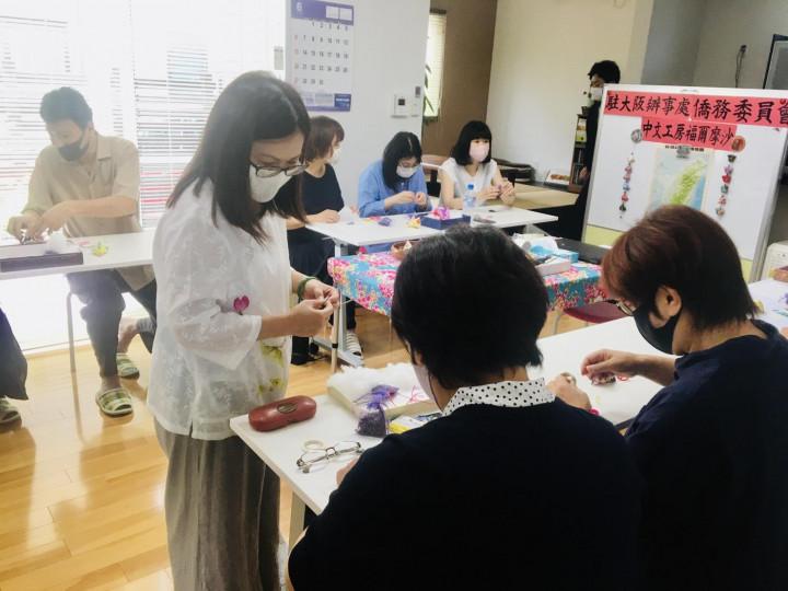 參加者認真縫客家布粽