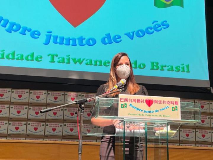 聖保羅市政府社會人權福利局 Claudia Carletto 局長致詞表示,數月來,華人僑胞捐贈了許多物資給弱勢族群,這種大愛精神,令她非常欽佩,一定會協助大家一起把食物籃配送到真正需要的人,將來若有需要政府協助的地方,定會大力支持幫忙。(巴西華人資訊網提供)