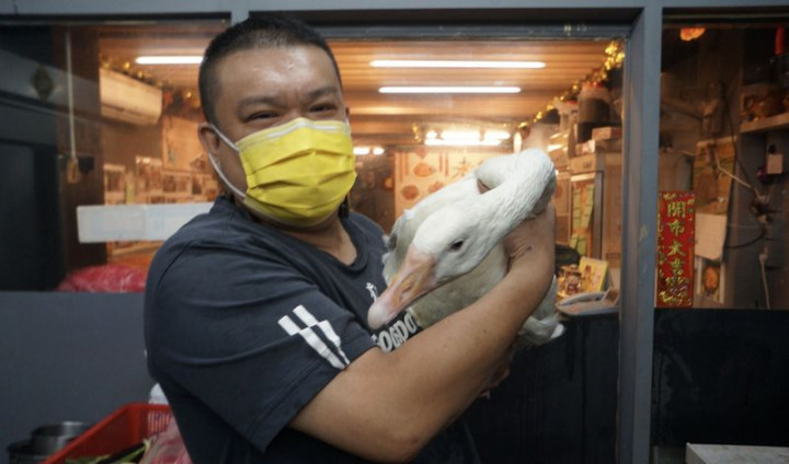 來自中國東北的楊波結婚後來台開餐廳,近來疫情升溫 ,餐廳生意清淡,房東得知後免掉他後2個月的租金, 還有攤商送他豬肝、豬血,讓楊波感受到濃濃的台灣人 情味。