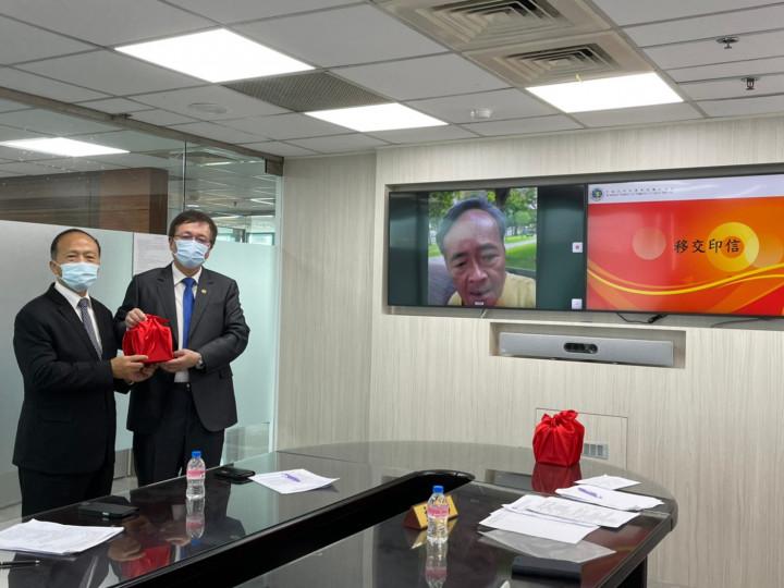在世界臺灣商會聯合總會梁輝騰總會長的監交下,張崇斌總會長交接印信予新任李訓銘總會長