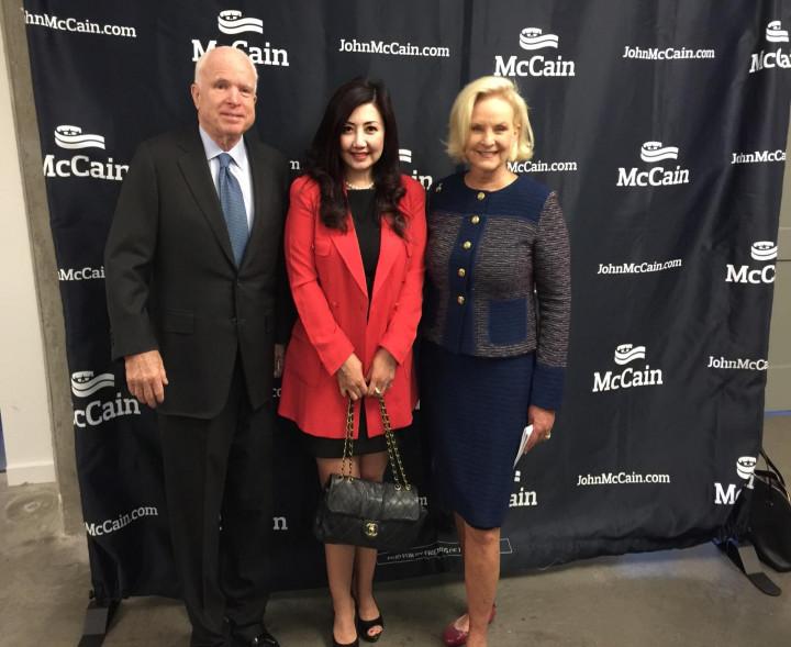張聖儀(中)擔任美國前總統候選人暨參議員麥肯John McCain 婦女委員會和麥肯夫人Cindy McCain (右)擔任共同主席。(張聖儀提供)