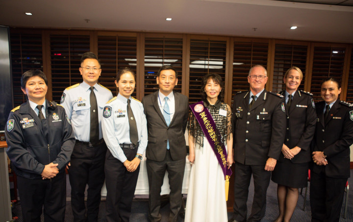 陶令文(中左)、吳佩珍(中右)與昆士蘭警務處人員合影