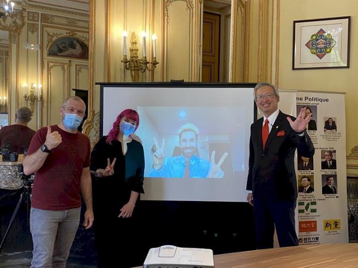 法國百萬YouTuber「酷」(螢幕上)選出勞洪(左1)與卡優(左2)為法國獲獎者,將分享新台幣50萬元獎金。兩人14日受獎,期待探索台灣,也希望透過自身協會舉辦的文化與電競活動讓更多法國人認識台灣。 (圖:中央社)