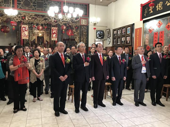 賴銘琪處長(右2)、楊子超總理(右3)及蘇上傑主任(左1)等合唱中美國歌