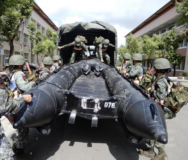 圖為54工兵群官兵協力完成M型突擊艇裝載整備。(圖片來源:軍聞社)