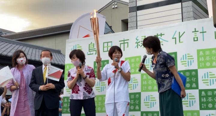 東京奧運倒數30天,23日晚間聖火傳遞在靜岡縣島田市舉行,駐日代表謝長廷受邀上台與聖火傳遞人同台,向群眾問好,這讓他感到很光榮。(駐日代表處提供)