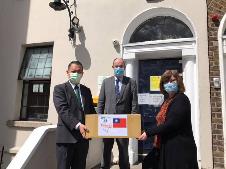 駐愛爾蘭代表處捐贈個人防護裝備 支持都柏林街友社群防疫