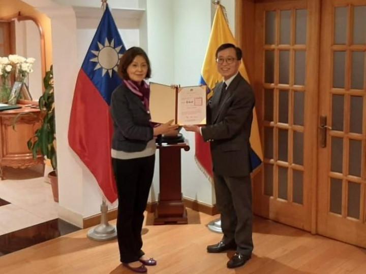 駐厄瓜多莊代表轉致僑務榮譽職人員聘書