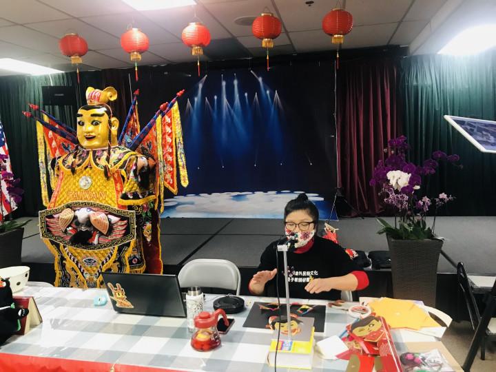 橙僑中心於6月12日舉辦「2021年海外民俗文化種子教師在地研習第四場「一化也不能少系列(本土化)」培訓課程。圖為許惠紅老師以色紙製作電音三太子。