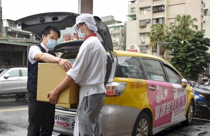 叫車大減,台灣大車隊反加派人力,帶領司機化身餐飲外送員,為計程車駕駛及餐飲業創造雙贏。 (圖:台灣大車隊提供)