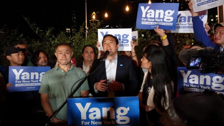 紐約市長初選當地時間22日投票,台裔參選人楊安澤(發言者)在民主黨眾多選將中票數暫居第4,大幅落後領先群的他承認敗選。