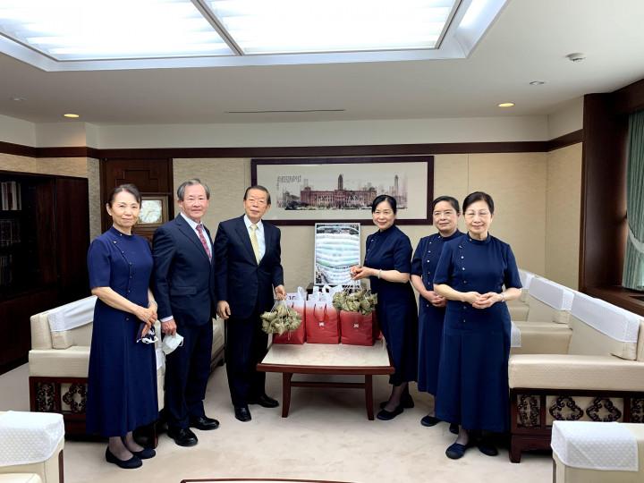 駐日本代表處代表謝長廷接受慈濟基金會日本分會贈送的愛心粽