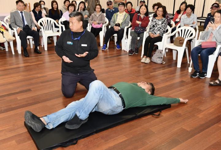 張茂椿在台灣僑界急難救助協會主辦的活動中示範急救程序。