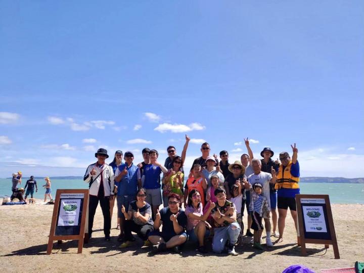 張茂椿與慈濟紐西蘭分會團員在順利完成操演後合影