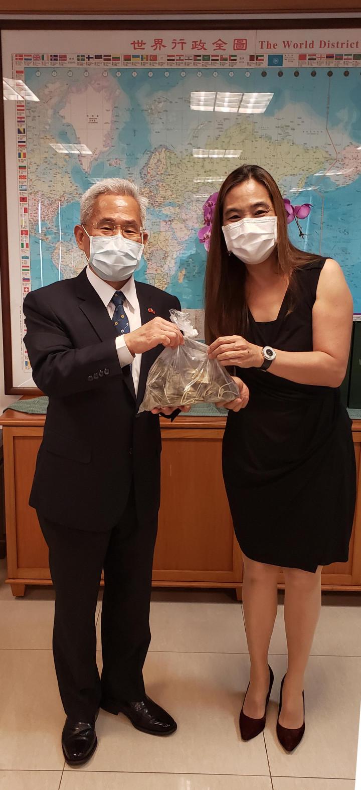 黃雅惠〈右〉贈送臺式肉粽予徐佩勇〈左〉。