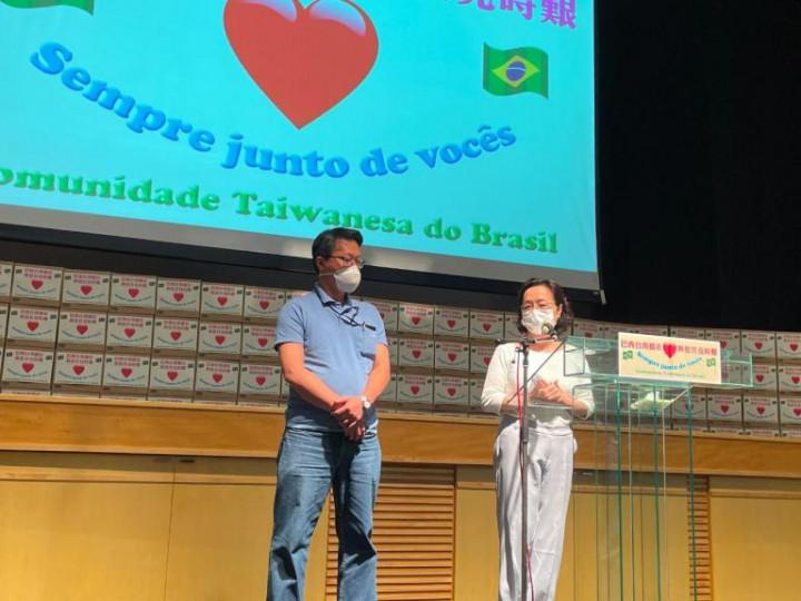 莊宏智醫師(左)與陳素秋醫師(右)致詞表示,很開心能夠在這次疫情中盡自己的職責之外協助志工組。(巴西華人資訊網提供)