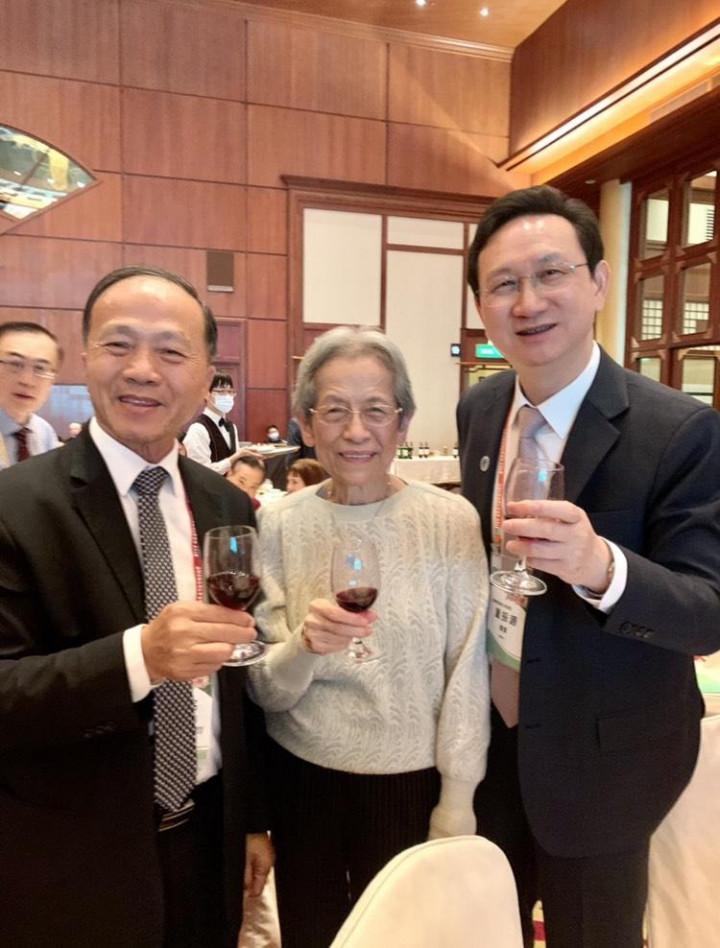李訓銘與張富美、僑委會委員長童振源合影