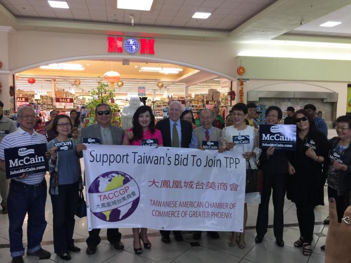 美國前總統候選人暨參議員麥肯John McCain,支持臺灣加入TPP 並和大鳯凰城臺美商會理事合影。(張聖儀提供)