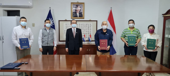 張俊彬(左3)代表頒發東方市地區僑務榮譽職人員聘書。