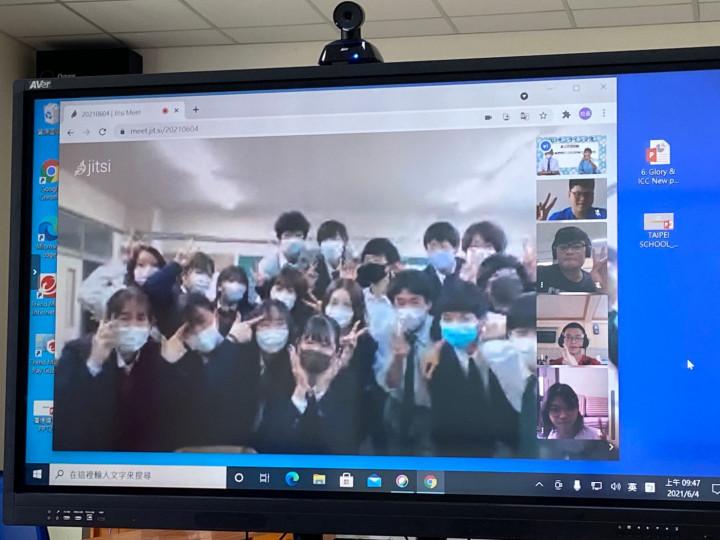 日本白馬高等學校學生線上合影
