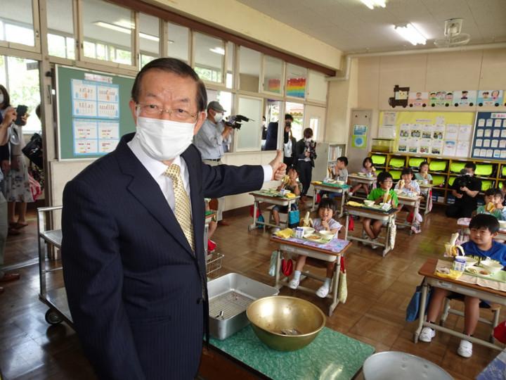 駐日代表謝長廷18日造訪東京奧運台灣隊接待城茨城縣笠間市,贈香蕉給當地學童,看到學童吃得津津有味感到很開心。