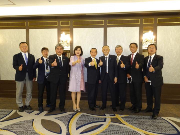 駐日代表謝長廷(中)23日訪問靜岡縣靜岡市,感謝該市登記為東京奧運台灣隊接待城。受到靜岡縣議會議員森竹治郎(右4)及靜岡縣友台人士等熱烈歡迎。