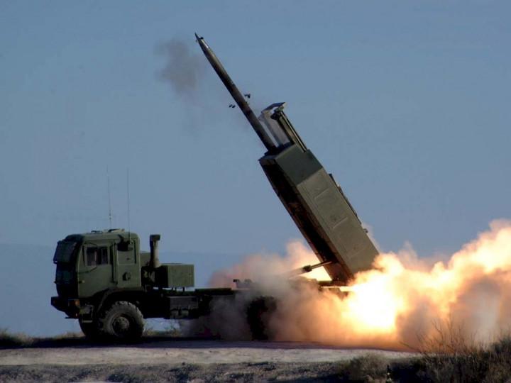 駐美軍事代表團已與AIT簽署兩項軍購案合約,據了解,分別為「海馬士多管火箭系統」(HIMARS)及「岸置魚叉飛彈系統」。圖為美軍HIMARS。(圖:維基百科)