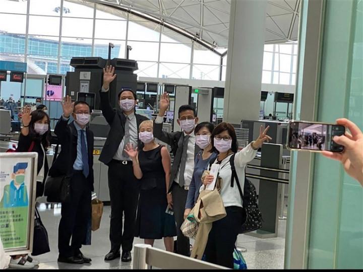 Seven staffers from TECO-Hong Kong bid farewell at the Hong Kong airport before departing the territory Sunday.