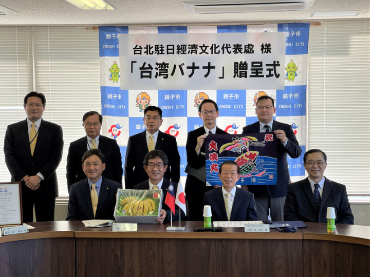 駐日代表謝長廷18日下午造訪東京奧運台灣隊接待城千葉縣銚子市贈香蕉給當地學童,受到銚子市長越川信一熱烈歡迎。