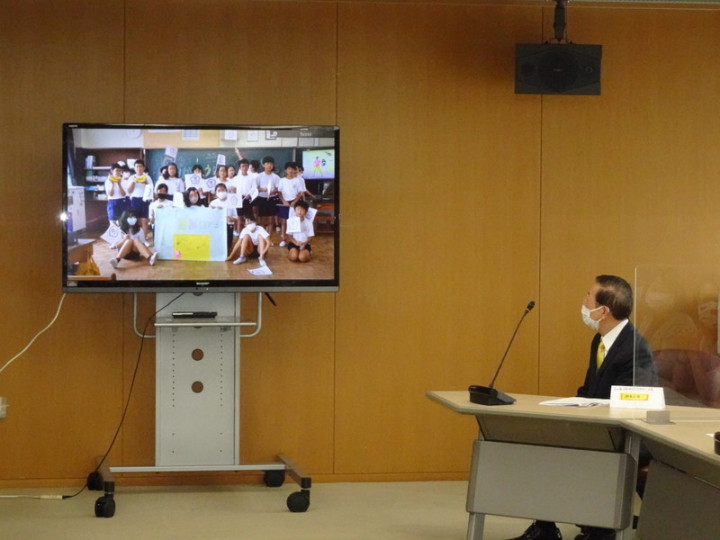 駐日代表謝長廷23日造訪靜岡縣靜岡市,感謝靜岡市登記為東京奧運台灣隊接待城。他贈送台灣香蕉給該市小學,小學生特別拍影片致謝。