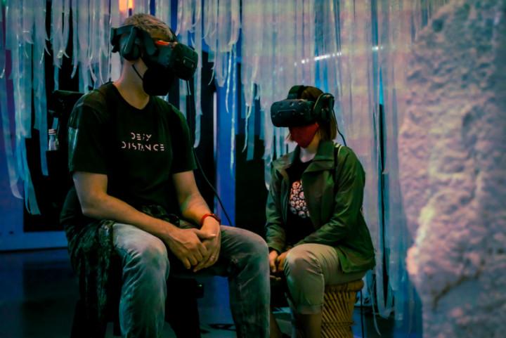 由台灣導演賴冠源擔任製片和德國團隊跨國合製的互動VR作品「喚說其語Ep.2庫桑達」,找尋幾近遺失、尼泊爾西部的庫桑達語,日前奪下美國翠貝卡影展最佳VR敘事大獎。圖為「喚說其語Ep.2庫桑達」展演現場。(高雄市電影館提供)