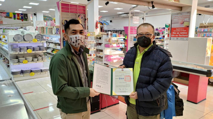 僑務秘書廖建勛(左)前往恩卡納西翁地區代表頒致僑務顧問黃金濬(右)聘書。