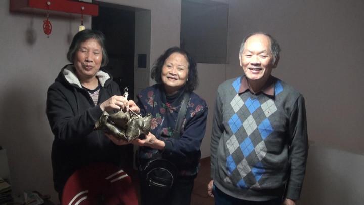 會員開心收到華商經貿協會贈送的粽子