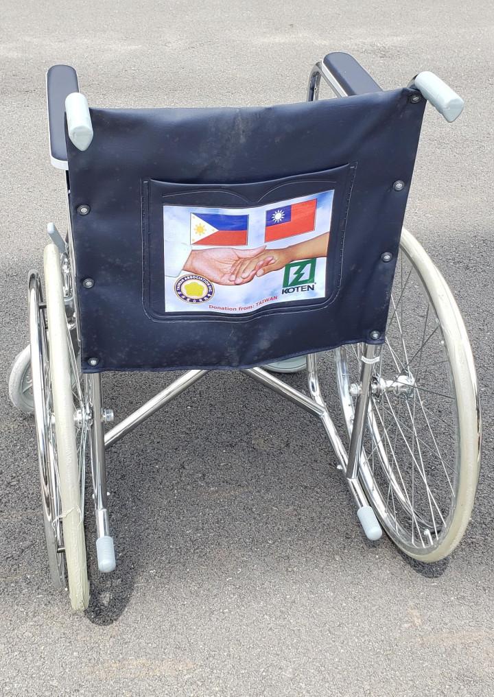 菲律賓臺商總會捐贈的輪椅,每臺背面都印有中華民國與 菲律賓國旗及握手圖樣,象徵著兩國友誼永存。