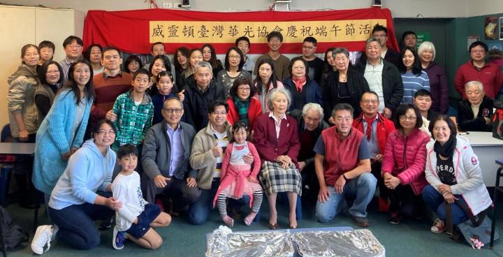 陳克明代表(前排左三)與華光協會李仁皓會長(前排右三)、陳天福僑務顧問(二排右)等參加活動人員合照