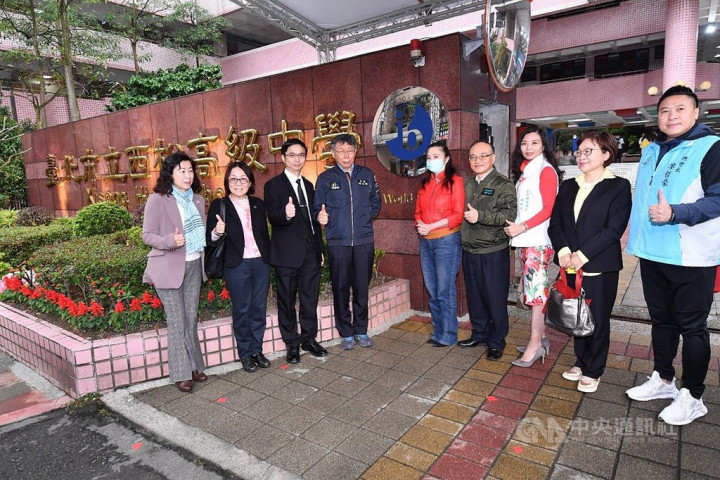 Taipei Mayor Ko Wen-je (fourth left) attends the unveiling of Xisong High School's IB program in March. Photo courtesy of Taipei City government
