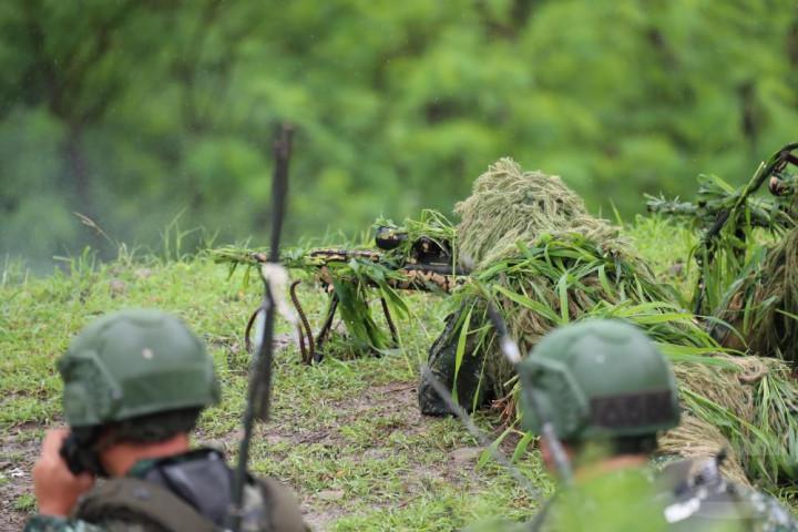 陸軍裝甲586旅進行實彈測考,狙擊手鎖定目標遠距擊殺。
